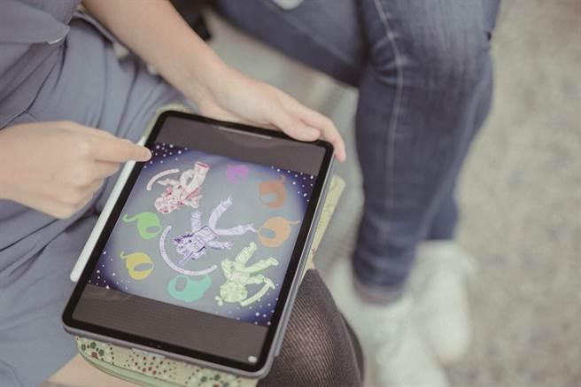 徐景亭鼓勵女兒朝向繪畫的道路前進,私下也經常切換成工作模式,與蝴蝶討論設計構圖。(攝影/莊智淵)