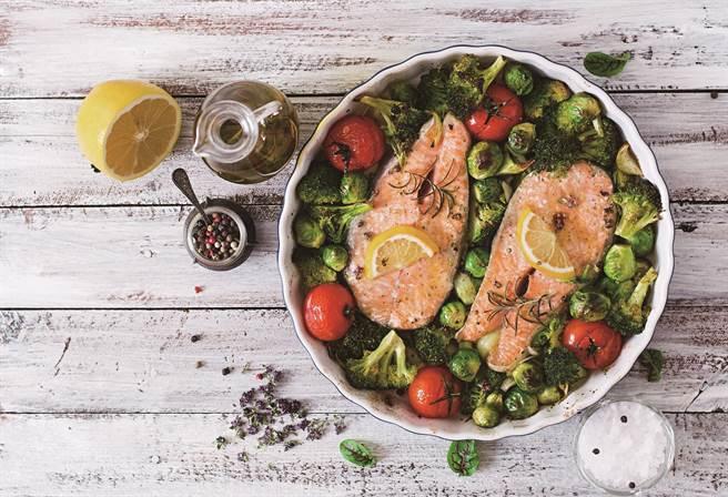 李婉萍指出,鮭魚以及深綠色蔬菜都富含營養價值,很適合時常作為日常菜色的食材。(圖/TimolinaShutterstock)