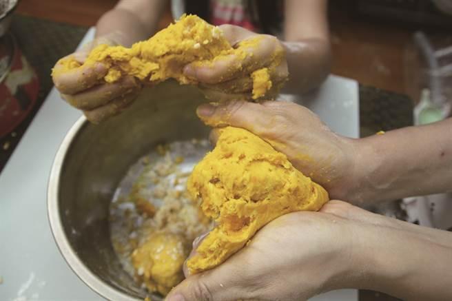 捏麵疙瘩的方式很自由,在備料同時也能訓練孩子手眼協調。(攝影/黃映嘉)