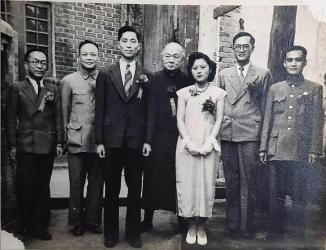 李荊蓀與方佩倩的結婚照。(作者提供)