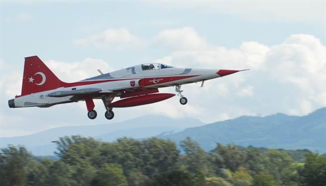 土耳其之星NF-5A表演機。(圖/Turkish Stars )