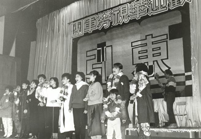 1986年,中華電視台春節勞軍團,巡迴馬祖、東引各島勞軍演出,受到戰地軍民熱烈歡迎,圖為全體團員在東引演唱《明天會更好》。(本報系資料照片)