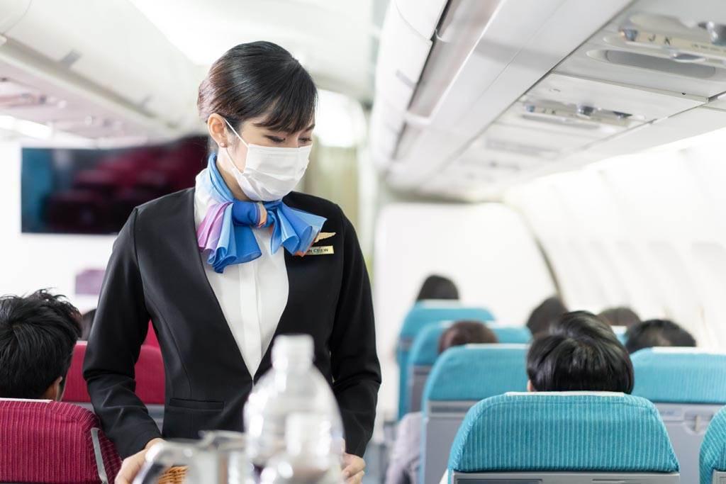 空服員繫絲巾除了美觀跟提升禮儀形象之外,在緊急時刻還能充當繃帶使用。(示意圖/達志影像)