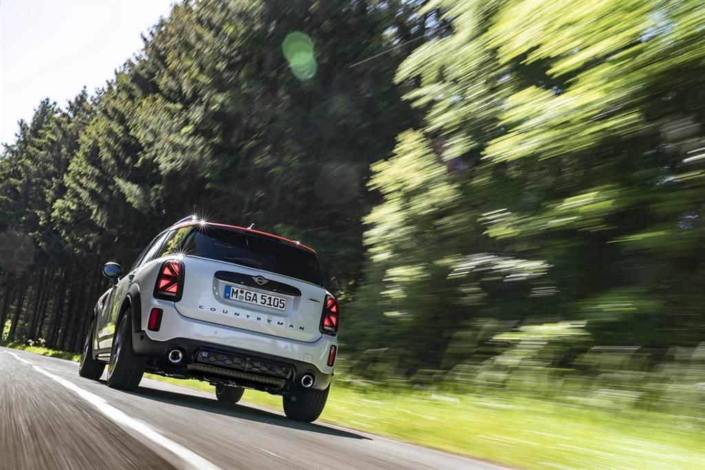 車尾搭載Union Jack英國旗式樣LED尾燈,展現MINI的英國賽車血統。