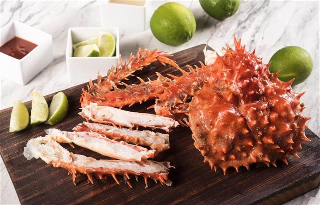 歡度母親節,六福萬怡酒店敘日五星Buffet推出帝王蟹腳與蒜香龍蝦吃到飽。(圖/六福旅遊集團提供)