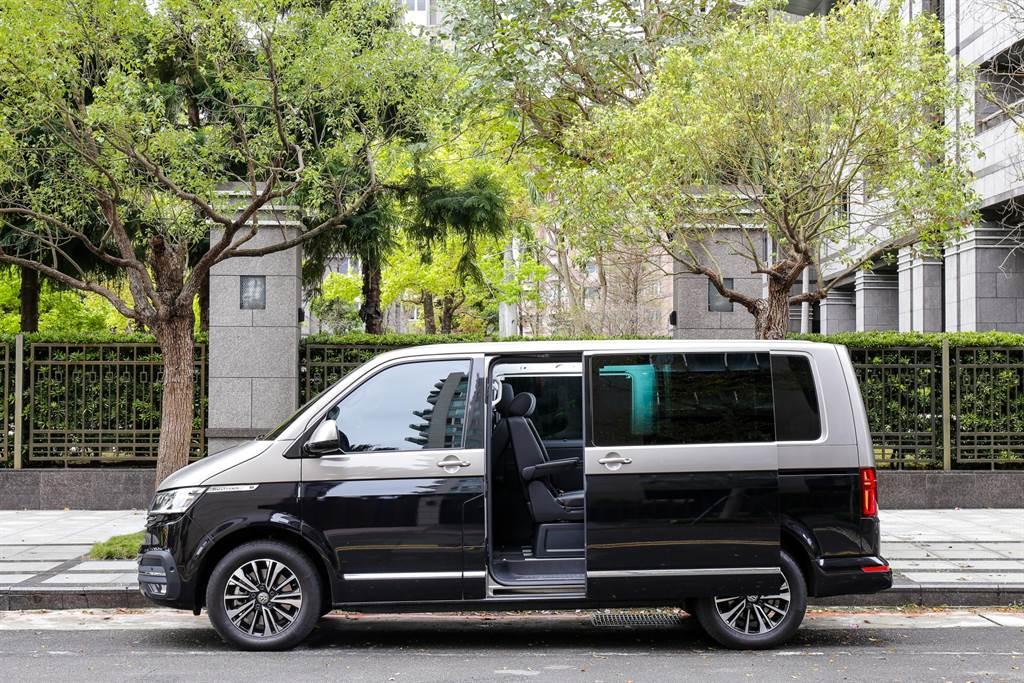 試駕的T6.1 Multivan Highline 4Motion建議售價279.8萬元,加上選配了要價8萬元的雙色塗裝(上漠地棕、下珍珠黑),總價逼近300萬元,與豪華品牌平起平坐。