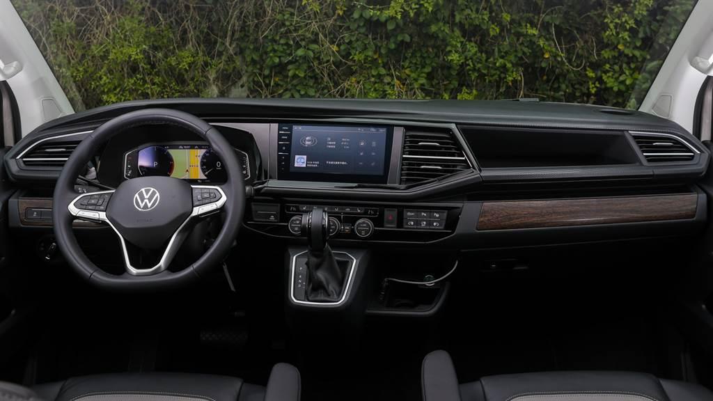 Multivan駕艙布局已近似一般乘用車款,並以木紋飾板搭配軟質塑料來提升車室質感。