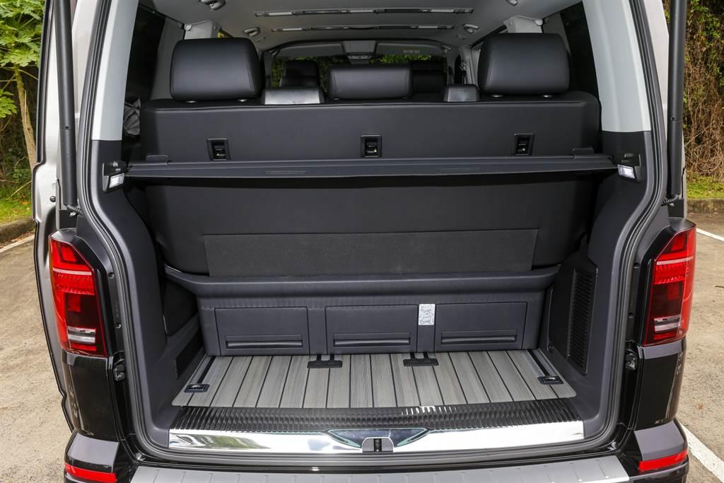 將乘坐空間最大化的情況下,行李廂僅有容納小型行李的空間,若要載運大件行李就得犧牲部分乘坐空間,此為短軸車型的劣勢。