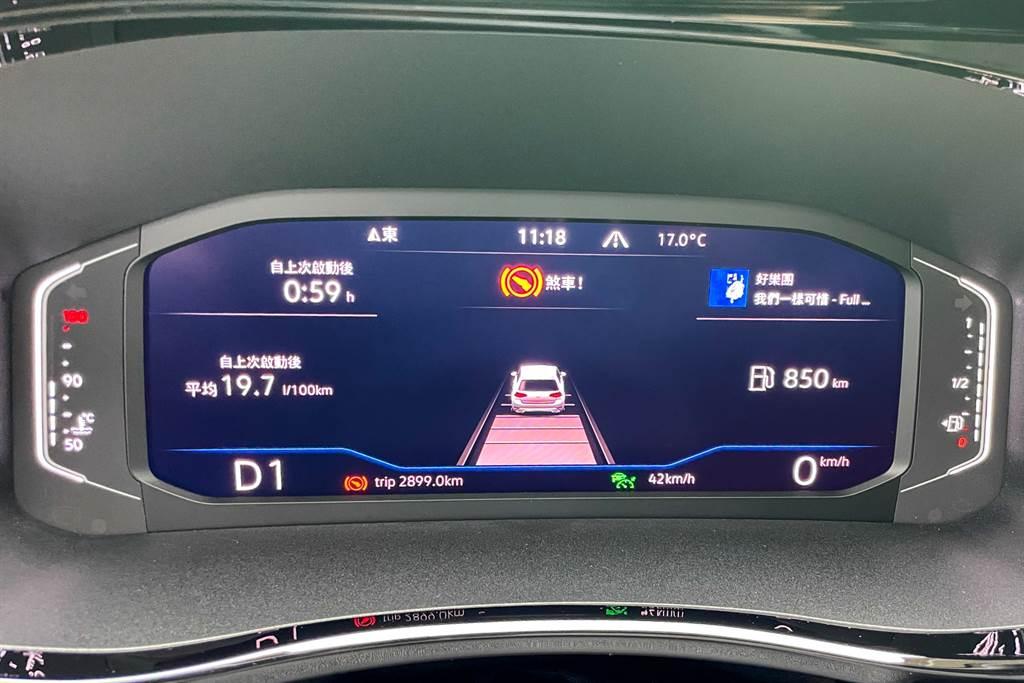 T6.1的ACC系統能夠暫時維持靜止,在這期間若前車移動就可自動跟上,約3秒後才會要求駕駛者踩下煞車,之後也只需要放開煞車就能繼續跟上前車。