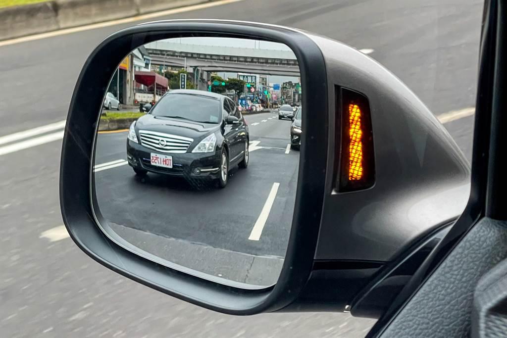 Side Assist車側盲點警示系統與RTA後方橫向車流警示系統(含煞車輔助功能)如今列為全車系標配,也是對駕駛友善的配備。