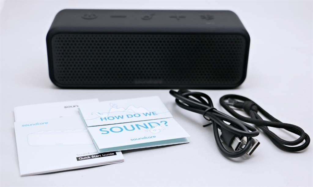 Anker SoundCore Select 2藍牙喇叭盒附配件與說明書。(黃慧雯攝)