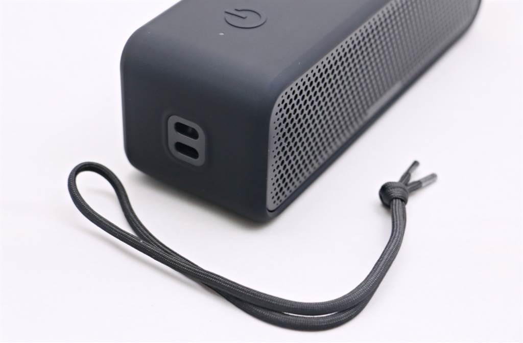 SoundCore Select 2藍牙喇叭左側有掛繩口,也有附多功能提繩,方便攜帶外出。(黃慧雯攝)