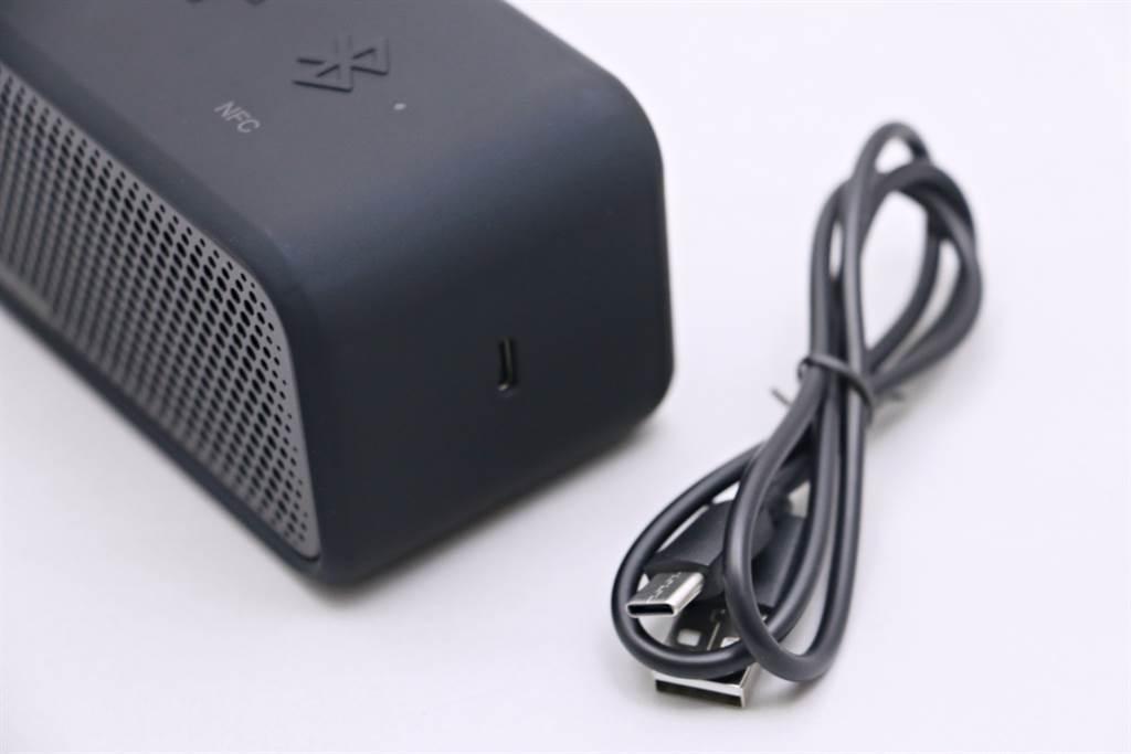 SoundCore Select 2藍牙喇叭右側是充電孔,採USB-C連接埠,附有一條充電短線。(黃慧雯攝)
