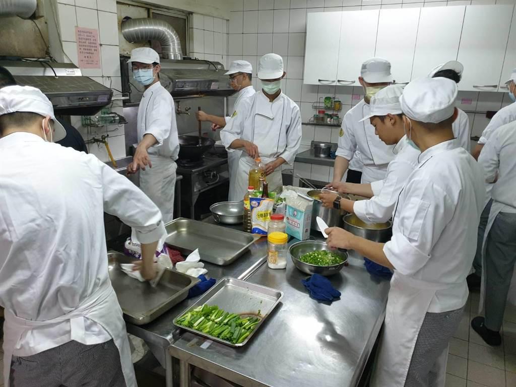 景文科大餐飲系學生國際廚藝研究社與餐飲系學會二社團組成的「義廚列車」,再次舉辦「惜食共餐銀髮義煮活動  Just Cook It」。(景文科大提供)