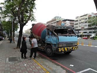 高雄水泥預拌車連刷整面隔音牆 碎片沿路飛落路面