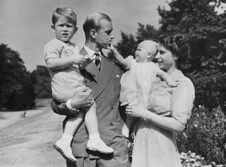 英女王13歲對菲立普傾心 婚事當初不受王室認可