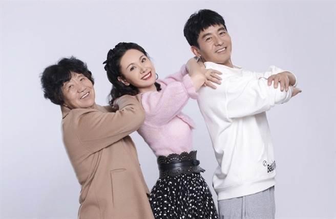 程莉莎、郭曉東帶著郭媽媽上節目。(圖/翻攝自程莉莎微博)