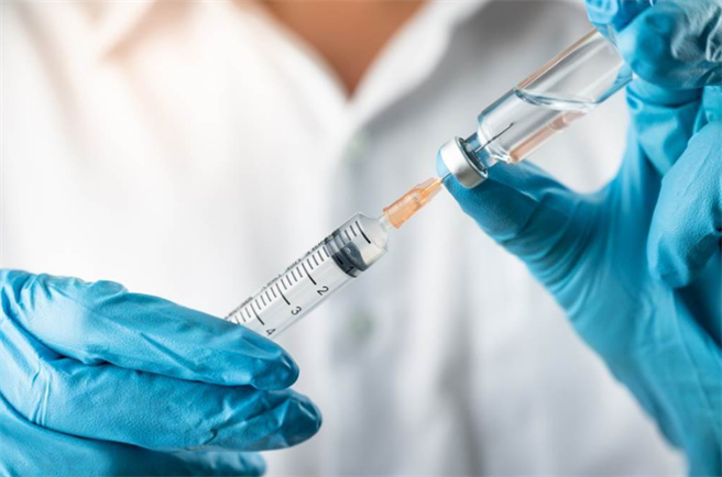 AZ疫苗突破2萬人接種 新增20歲男發燒頭痛