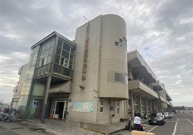 新竹市政府9日在市議會臨時會中,針對「新竹漁港直銷中心攤商整建工程」作專案報告,其中,攤商將遷入的「黃金沙灘色系」大棚架將於6月完工。(陳育賢攝)