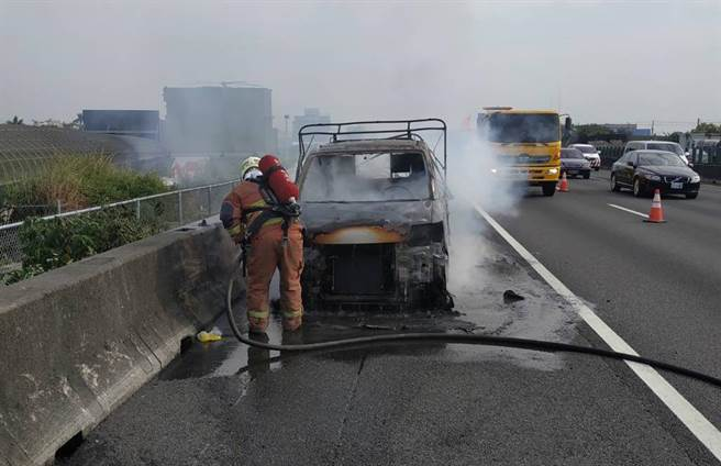 國道1號201公里自小貨車起火狂燃,燒成廢鐵,消防第三大隊佈線滅火。(彰化縣消防局第三大隊提供/吳敏菁彰化傳真)