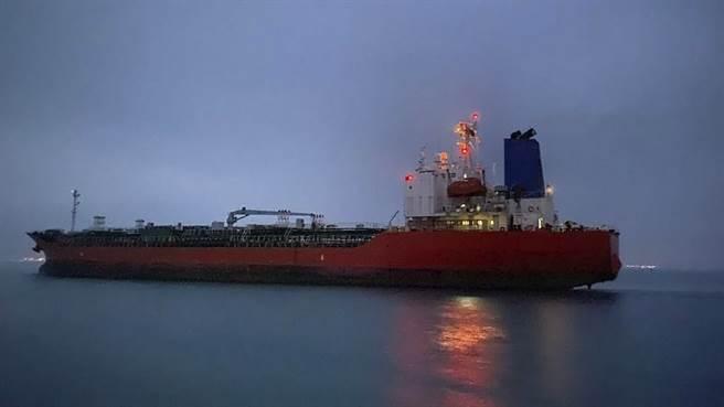 伊朗伊斯蘭革命衛隊1月扣留「韓國化學號」(Hankuk Chemi)與來自多國的20名船員,但韓國外交部今天發布聲明說,伊朗解除扣留,「油輪今天安全駛離」。(圖/美聯社)
