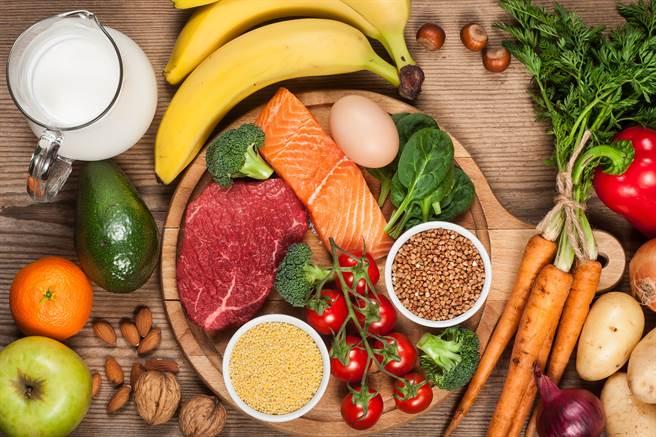 除了喝水之外,吃東西也會攝取水分,例如, 大部份蔬菜、水果有90%以上是水,而雞蛋、魚類中也有約75%的水組成。(示意圖/達志影像)