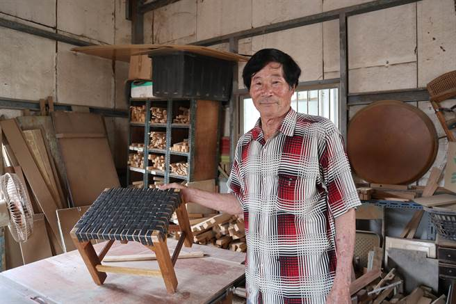 高復到將廢棄木材經巧手再造,製成適合剝蚵家戶蹲坐的「剝蚵椅」。(張毓翎攝)