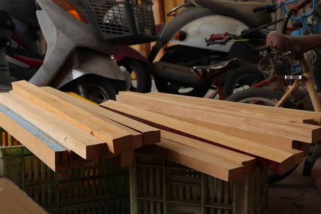 高復到將這些廢木料表面的油漆刨除,近距離聞能聞到一股濃濃的檜木香。(張毓翎攝)