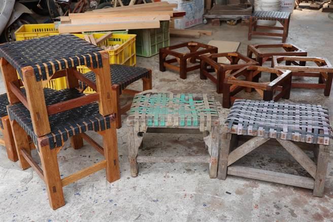 左邊2張黑色椅子為高復到製作的「剝蚵椅」,他說,對比右邊綠色和藍色、別人製的「剝蚵椅」,他的重量較輕且耐久度也較佳。(張毓翎攝)