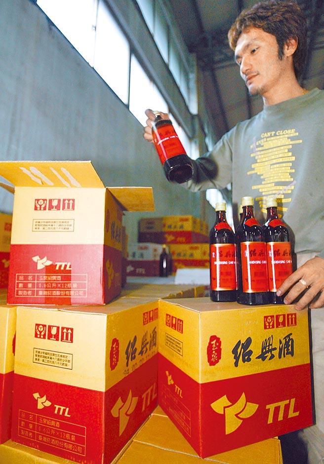 台酒今年酒類商品策略以「推陳出新」提高利潤,除了日前的紅標米酒外,陳年紹興酒預計下半年也將走入歷史。(本報資料照片)(飲酒過量有害健康)