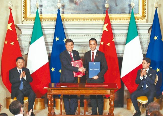 美研究機構認為,大陸與外國的基建合作合約,易讓外國陷入債務陷阱。圖為2019年中國國家主席習近平(左)在羅馬與義大利總理孔特(右),見證簽署推進一帶一路建設的諒解備忘錄。(中新社)