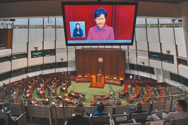 香港特區行政長官林鄭月娥8日出席立法會行政長官答問會,回應議員就選舉制度等議題的提問。(中新社)