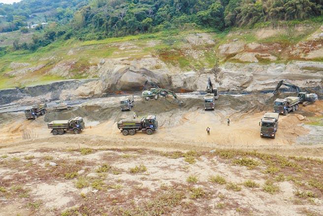 國軍協助鯉魚潭水庫清淤工程,目前進度超前,力求在汛期來臨前提升水庫蓄水量。(何冠嫻攝)