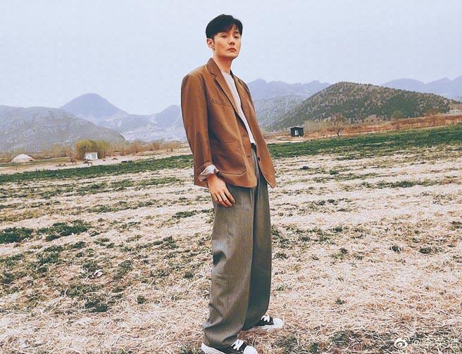 李榮浩(見圖)和楊丞琳在同樣場景拍照放閃。(摘自微博)