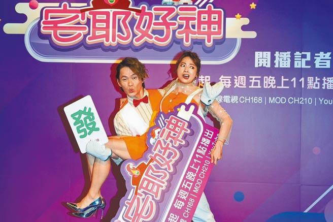 黃鐙輝(左)昨在記者會上戴隔熱手套公主抱阿喜。(狼谷育樂台提供)