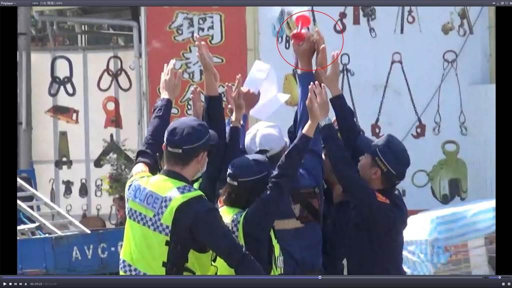 楊姓督察員高舉右手一度碰觸黃姓退休員警持汽笛喇叭之右手。(摘自判決書/謝瓊雲彰化傳真)