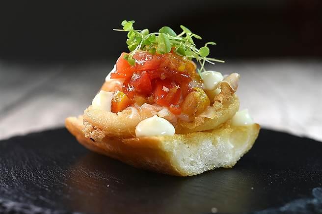 〈alma〉新菜〈西班牙三明治〉以巧巴達麵包作底,逐層堆疊用風乾伊比利豬背油提味的炸透抽、番茄莎莎和水田芥,形色味皆誘人。(圖/姚舜)