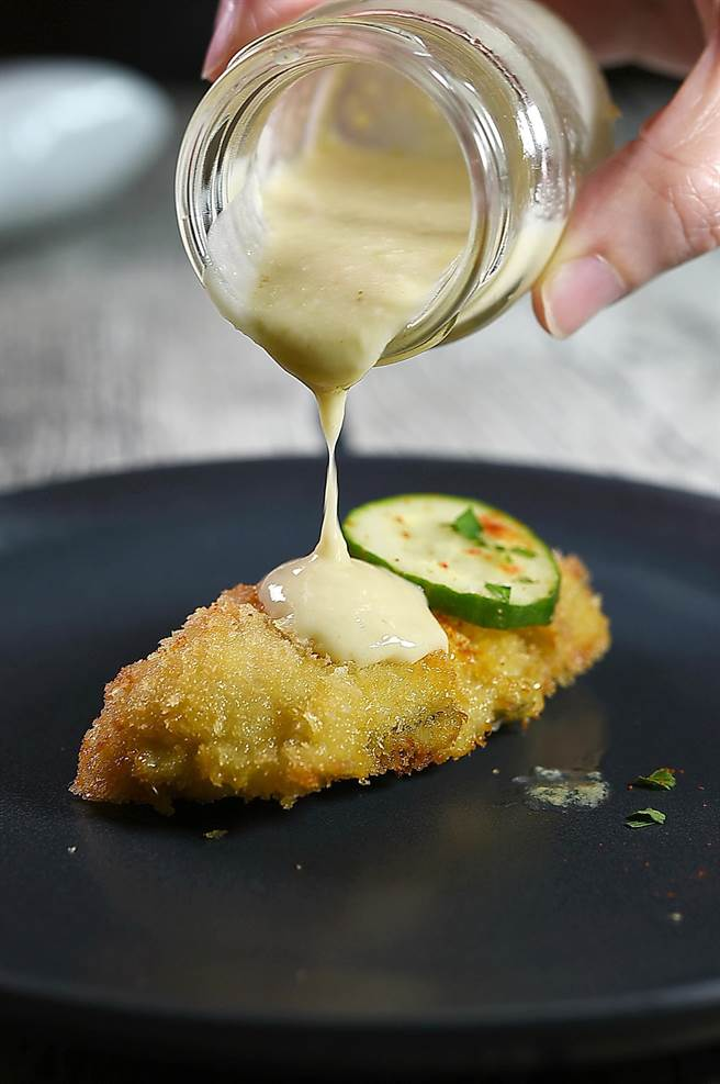 〈Ajoblanco西班牙杏仁冷湯〉除可直接品味,也可以作醬汁為〈炸牡蠣〉提味。(圖/姚舜)