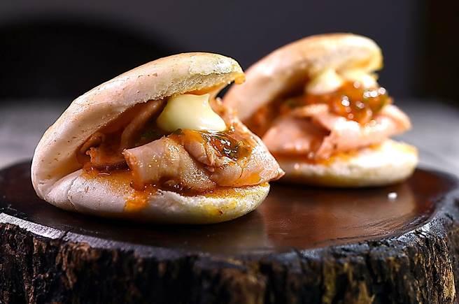 〈西班牙豬里肌刈包〉是將整塊豬里肌肉用煙燻紅椒粉(pimenton)醃漬並 sous-vide後片薄作餡,並以辣味番茄醬和蒜味美乃滋提味。(圖/姚舜)