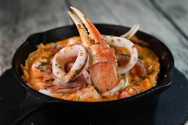 〈西班牙海鮮烘蛋〉製作時將蝦漿倒入蛋液中後再烘烤,搭配海鮮有白蝦、澎湖透抽和松葉蟹鉗。(圖/姚舜)