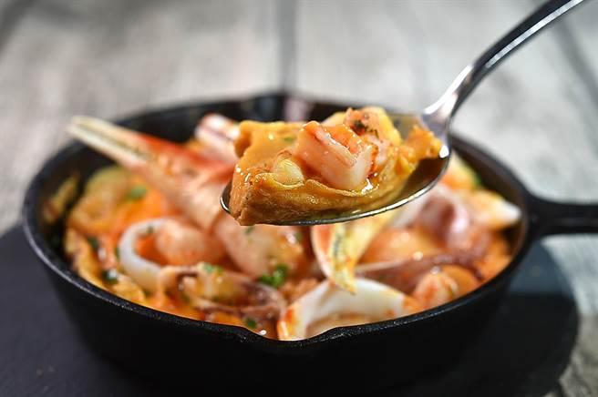 〈alma〉新菜〈西班牙海鮮烘蛋〉的烘蛋烘烤至半生熟,海鮮食材沾附「滑蛋」的口感滑潤且有蛋香。(圖/姚舜)
