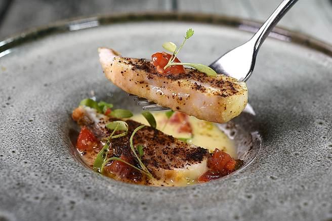 〈香煎土魠魚〉呈盤時下襯白酒醬汁與番茄莎莎,並用了柚子胡椒、鹽和昆布粉提味。(圖/姚舜)