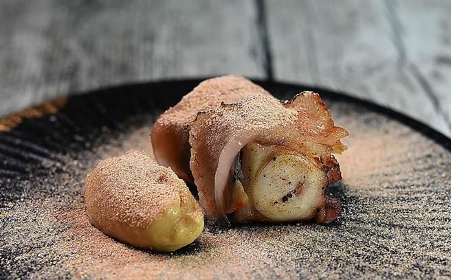 〈章魚.焦化奶油.櫻花蝦〉的章魚經過水煮、冰鎮、焦化奶油香煎等多道工序處理,再舖上豬背油炙燒,最後灑櫻花蝦粉提味。(圖/姚舜)
