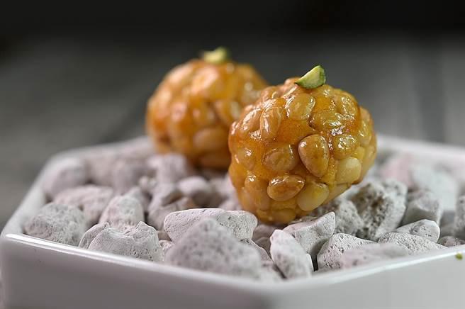 〈alam〉的新甜點〈松子杏仁球〉,球體是杏仁粉拌地瓜泥作的杏仁糕,然後涮了蛋黃、沾附松子後爐烤,是西班牙安道爾很傳統的甜點。(圖/姚舜)