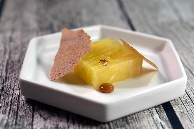〈鳳梨千層凍〉是將鳳梨切成極薄的薄片層層堆疊,再與用馬告、鳳梨汁與吉利丁製作的晶凍結合,呈盤時搭配八角脆片和焦糖海鹽醬。(圖/姚舜)