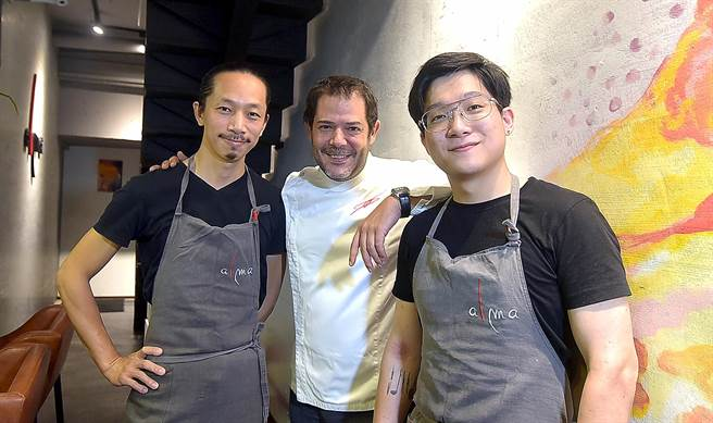 〈alma〉新任主廚朱瑋傑(右至左)、廚藝總監丹尼爾.南格里拉.伯西諾( Daniel Negreira),以及甜點主廚劉隆昇。(圖/姚舜)