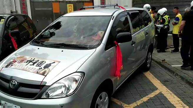 彰化縣警察局交通隊員警接獲檢舉後迅速沿線追查,順利攔查2輛違規車輛對車主、駕駛開罰。(民眾提供/謝瓊雲彰化傳真)
