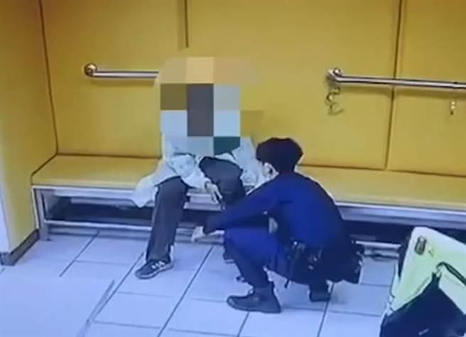 58歲童姓男子向警方謊稱「我有肺結核!」讓警員疲於奔命連忙拿防護衣協助他穿上。(翻攝)
