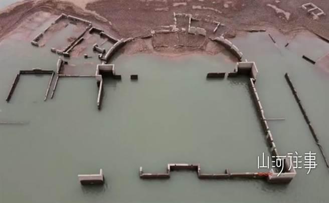 楓樹壩水庫近日水位不斷下降,附近居民發現,水庫底竟出現一座古建築。(圖翻攝自/梨視頻)