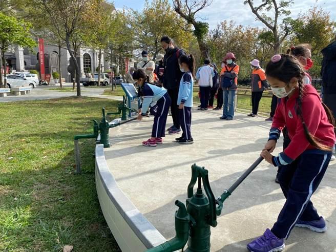 台中市府利用舊有設備導入水環境教育主題及設施,讓民眾在遊園過程中了解早期氧化渠道的紋理,認識水循環知識。(台中市府提供/盧金足台中傳真)